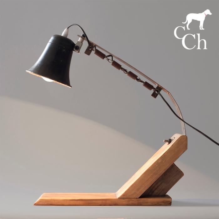 Diseño de lampara única con objetos reciclados
