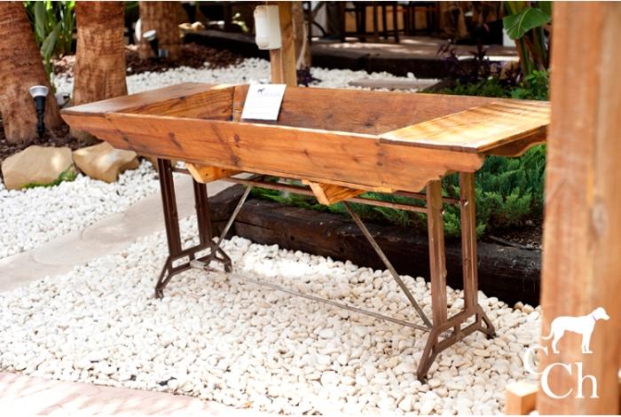 Mueble construido con antigua artesa transformado en macetero para el jardín.