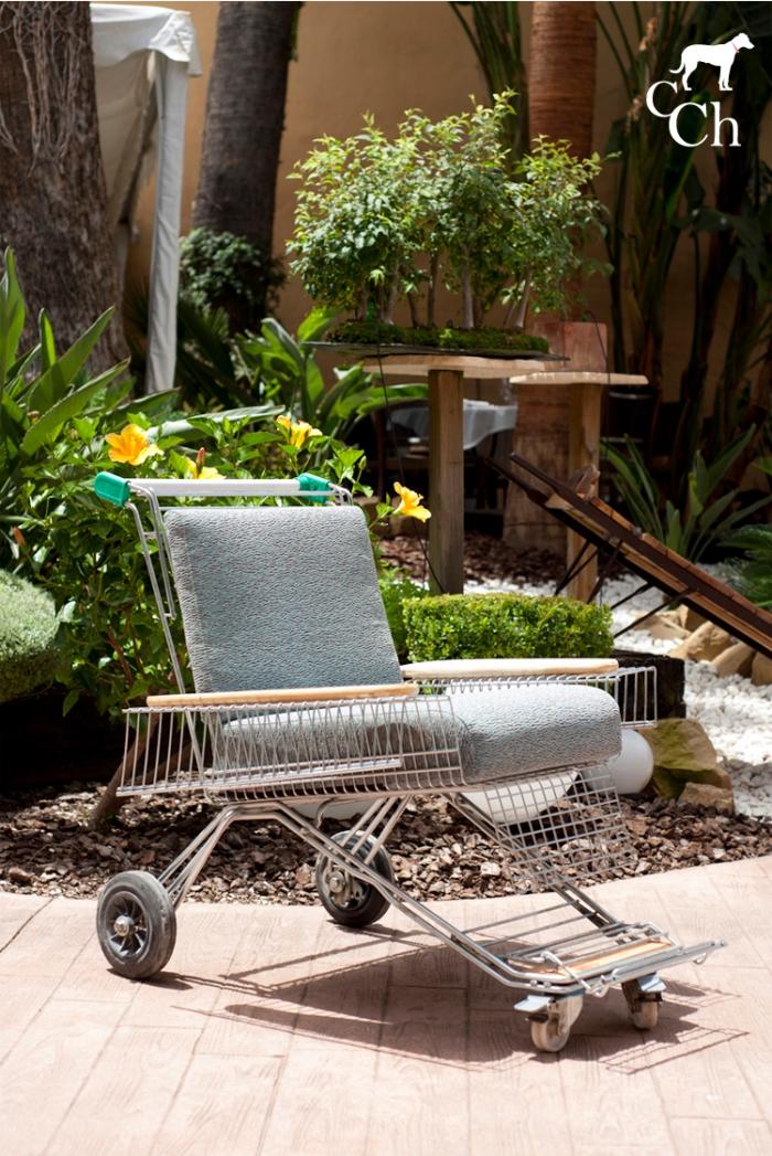 Reinterpretación de sillón reciclando un carrito de la compra.